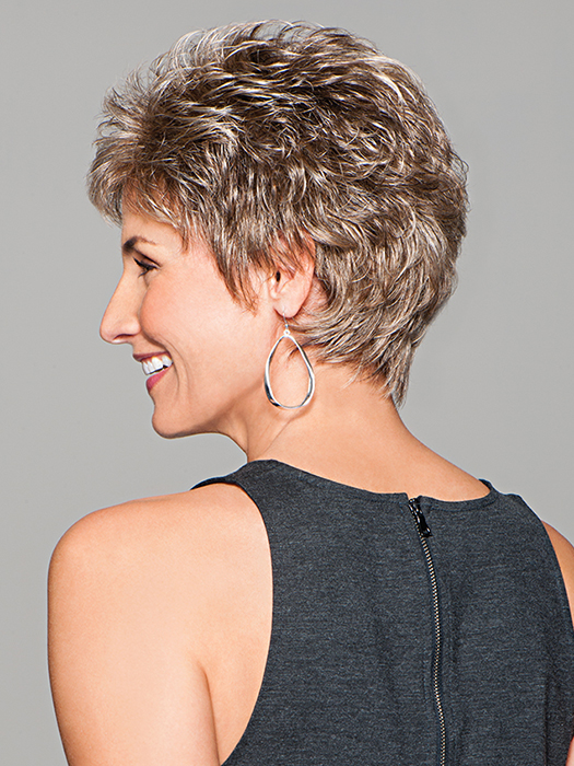 Short and easy with just a bit of curl | Color: GL18/23